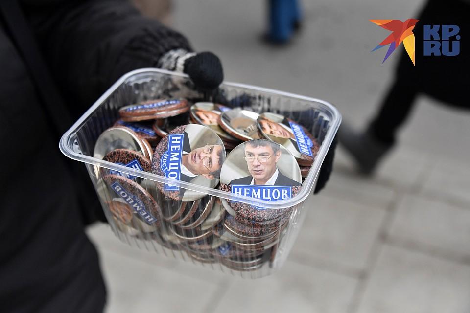 Значки с портретами Немцова. Фото: Иван МАКЕЕВ