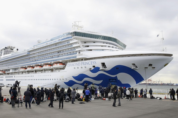 Diamond Princess, на две недели застрявший у берегов Японии из-за вспышки COVID-2019 на борту.