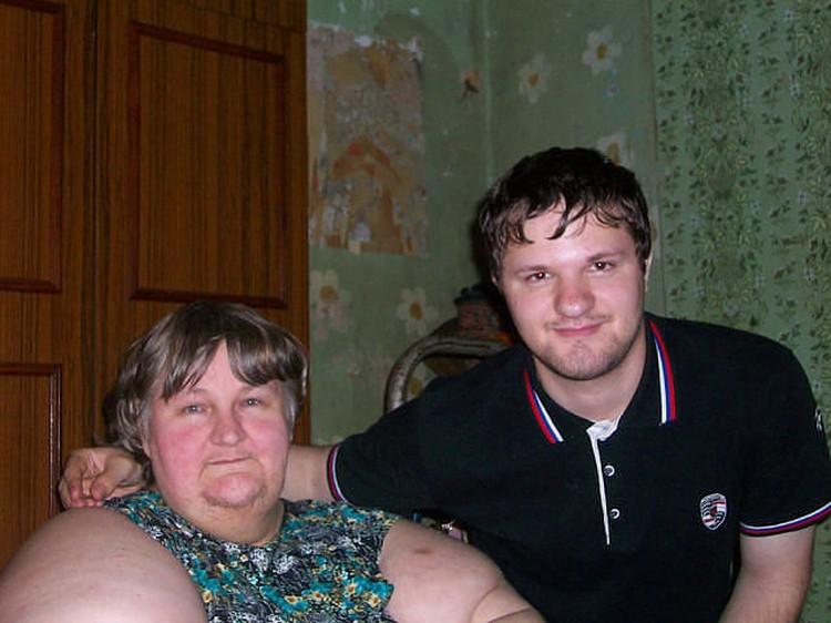 Люба с сыном Лёшей, который за ней ухаживает