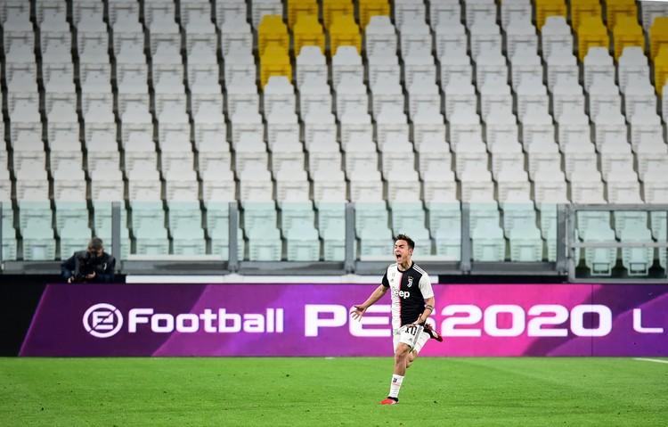 Из-за коронавируса футбольные матчи в Италии сначала прошли при пустых трибунах, а затем и вовсе были отменены.