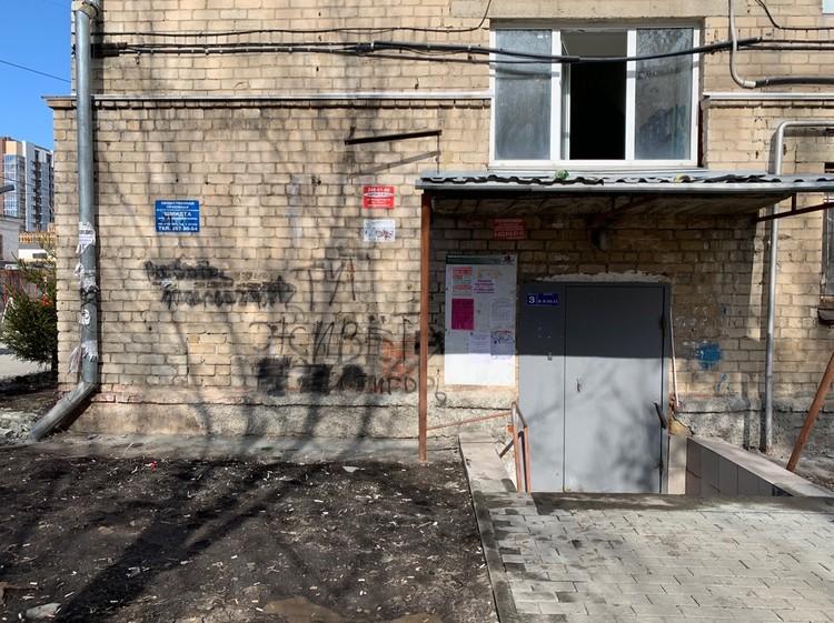 Вход в подъезд общежития