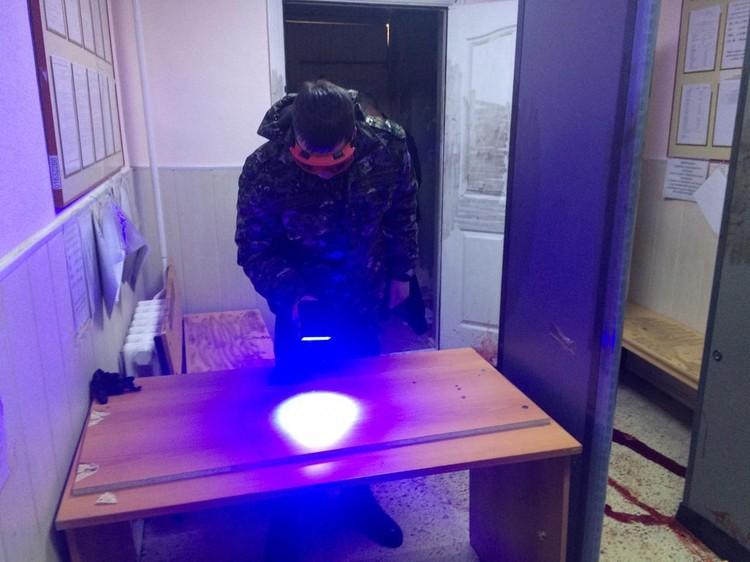 Нападавший пытался напасть на пристава в здании суда, но тот сумел за себя постоять. Фото: СУ СКР по Свердловской области