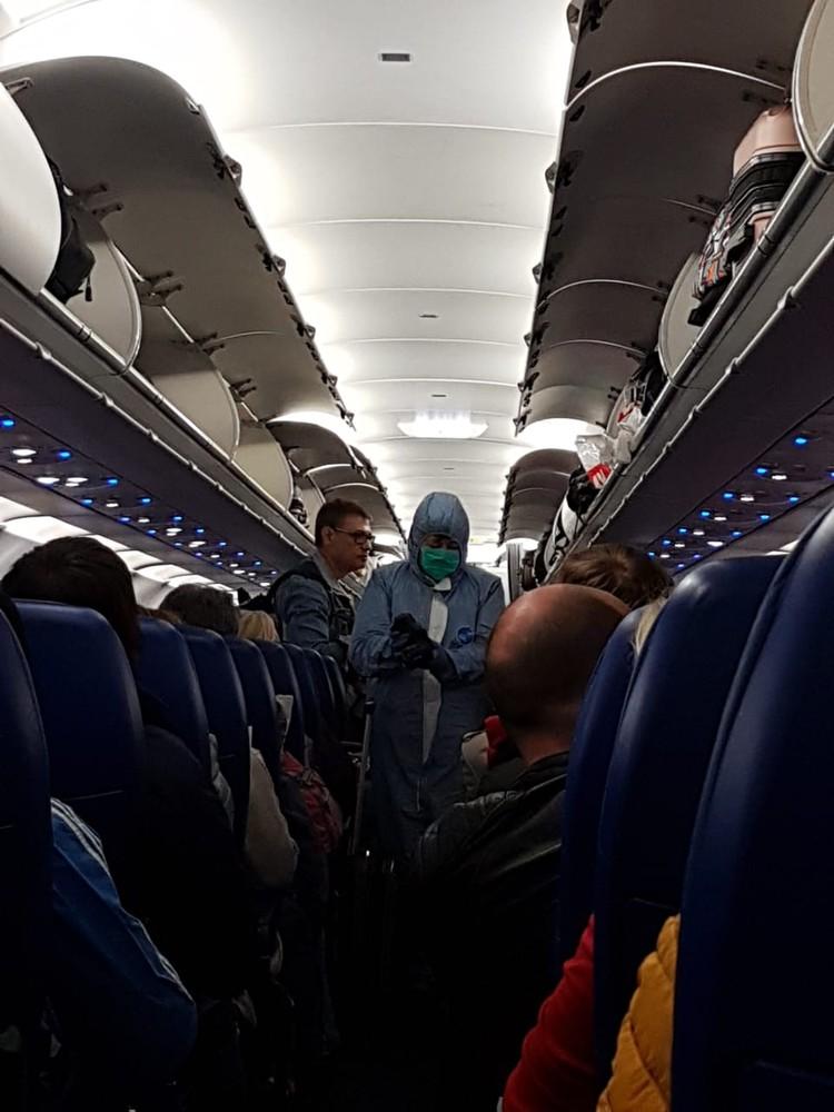 Проверка людей в самолете