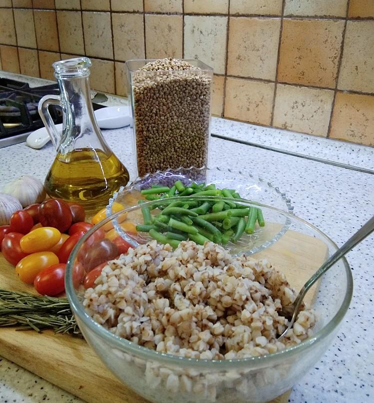 Рассыпчатая гречневая каша с зеленой фасолью и розмарином