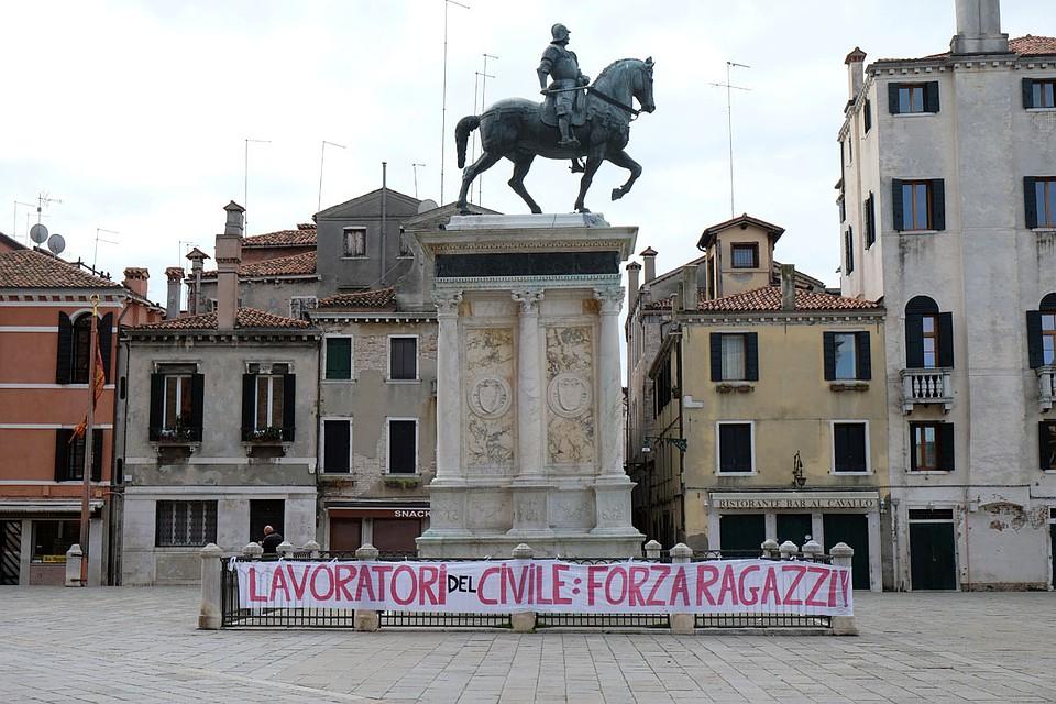 Послание врачам у памятника на входе в больницу в Венеции: «Держитесь, ребята!» Фото: REUTERS