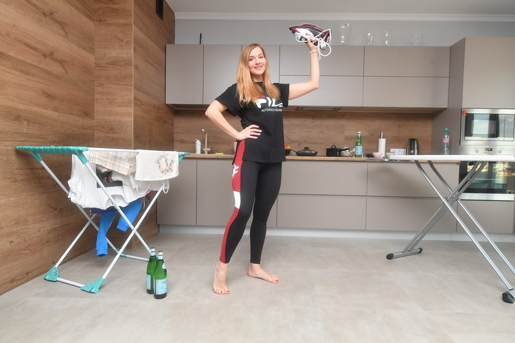 Дома в ход идут бутылки с водой, утюги и даже сковородки