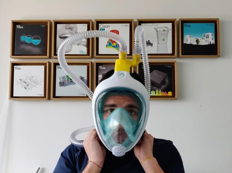 Инженер Алессандро Ромайоли, создавший на 3D-принтере клапаны, преобразующие водолазные маски в респираторные, для лечения пациентов с коронавирусом. Фото: ЕРА/ТАСС