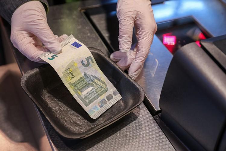 Купюры в банках обрабатывают специальным веществом