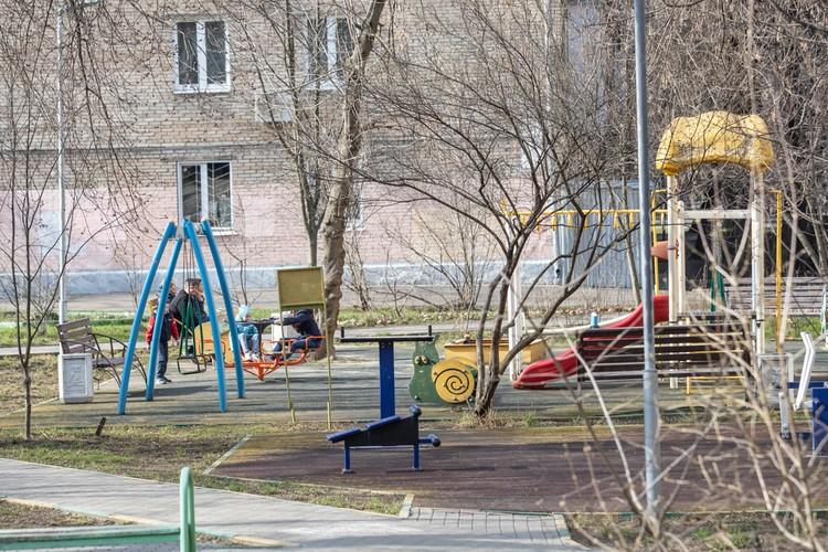 Большинство детских площадок во дворах пусты.