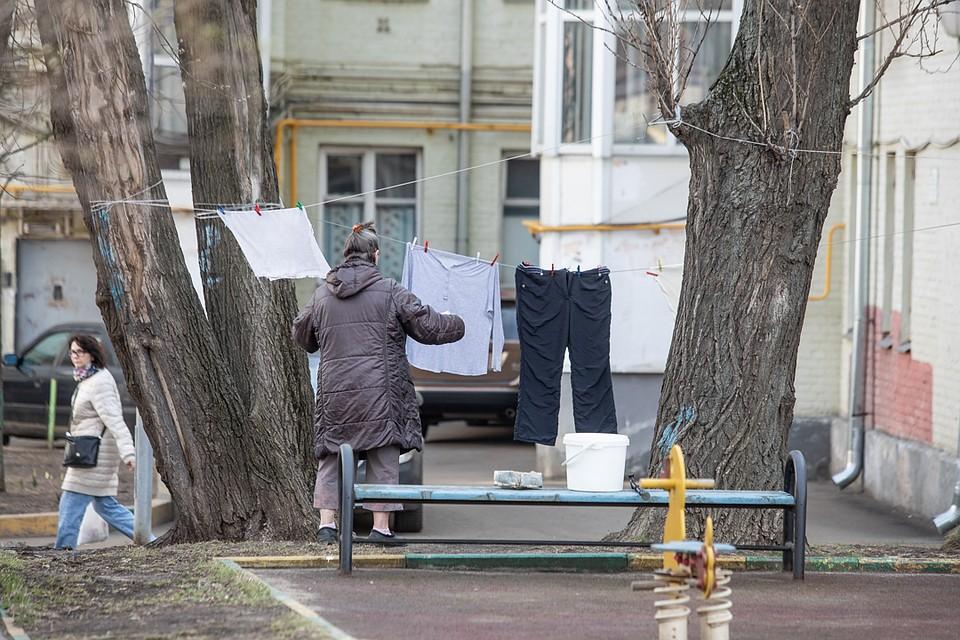 Во дворах жизнь идет своим чередом. Фото: Андрей АБРАМОВ