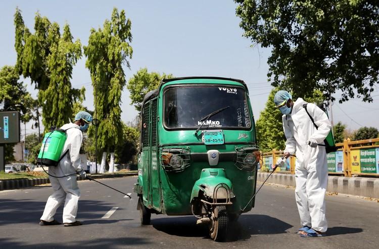 В Южной Азии обрабатывают спецсредствами транспорт на дорогах.
