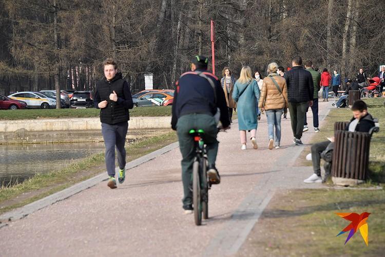 Народу в парках было не меньше, чем в обычные выходные дни.