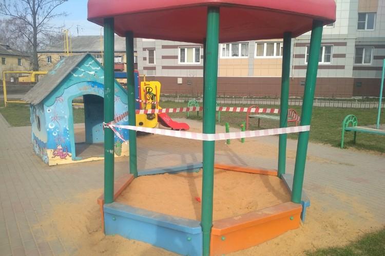 Детские площадки Липецка огородили сигнальными лентами