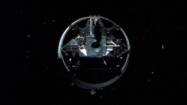Отстыковавшийся лунный модуль отходит от командного.