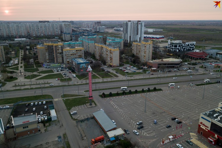 """Парковка у """"Красной площади"""" непривычно пустая"""