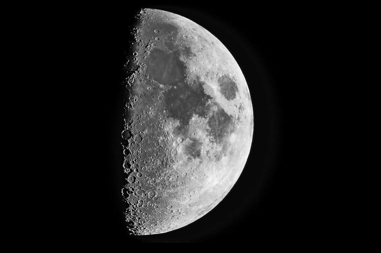 На луне в телескоп отчетливо видны кратеры