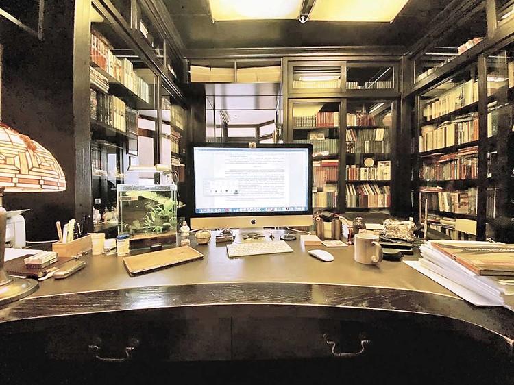 Рабочее место Сергея Лукьяненко. Фото: Личный архив.