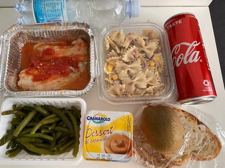 Вот такими холодными обедами Светлану и детей кормили на карантине в Риме