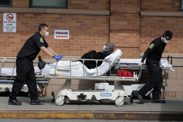 Количество лабораторно подтвержденных случаев заболеваний в США приблизилось к 370 тысячам и фактически сравнялось с числом заболевших в Испании, Италии и Германии вместе взятых.