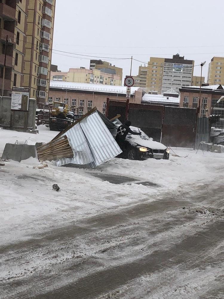 А вот и перевёрнутый забор. Фото: Дмитрий Кашин (ЧС Тюмень)