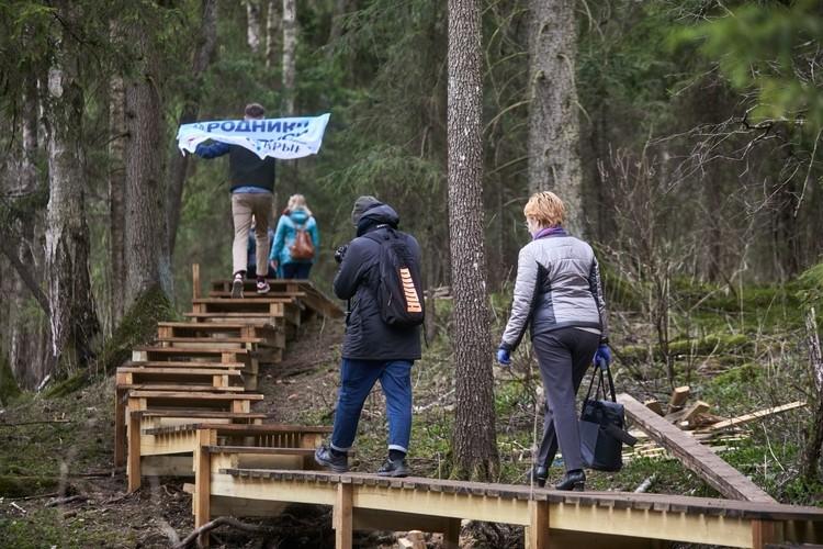 Приятная новость - на Святых криницах отремонтировали деревянную дорожку.
