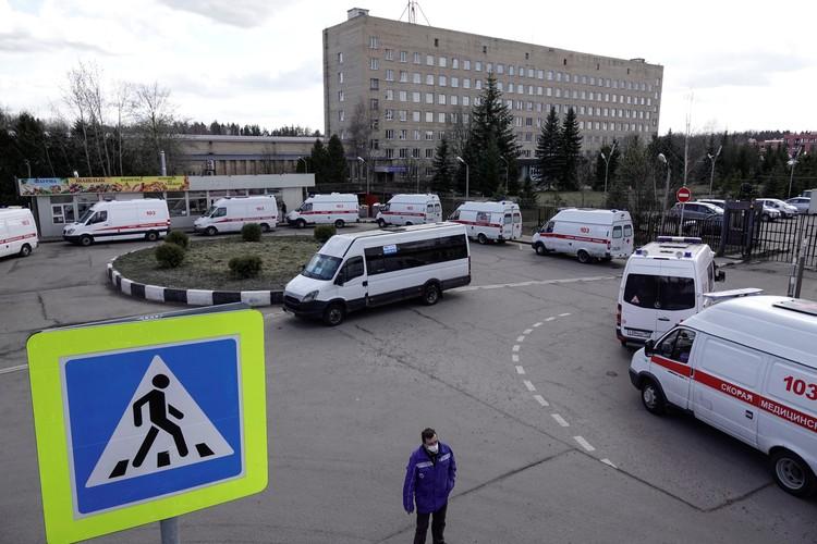 Машины скорой помощи стоят в очереди перед въездом на прилегающую территорию больницы в Химках