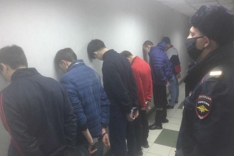 Шестерка в полном составе после задержания. Фото: ГУ МВД России по Иркутской области.