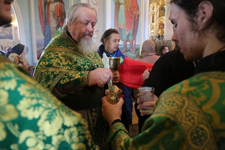 Карантин не стал поводом отказаться от причастия. Фото: Челябинская епархия