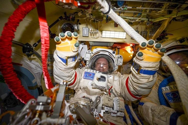 Космонавт Олег Артемьев на рабочем месте