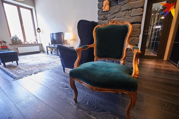 Антикварное кресло подарил друг семьи.