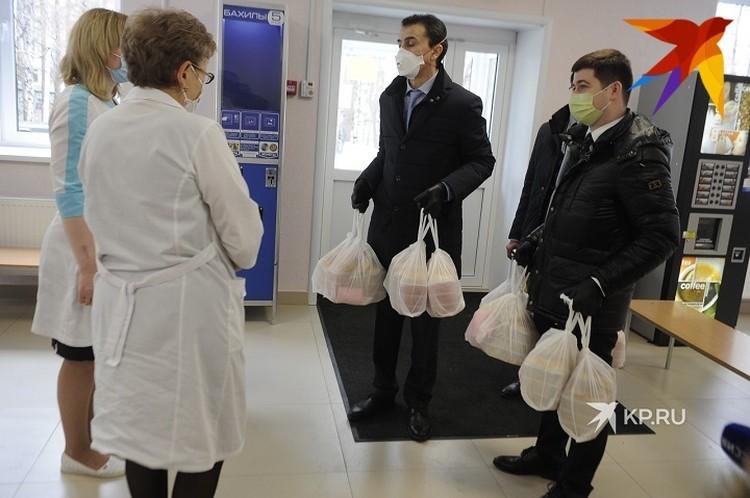Медики поблагодарили сотрудников дипломатической миссии за гостинцы