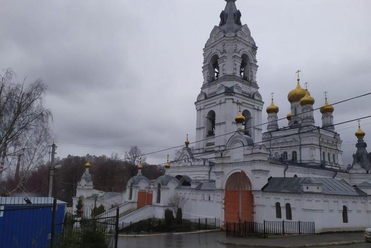 Возле монастыря не по-праздничному пусто.