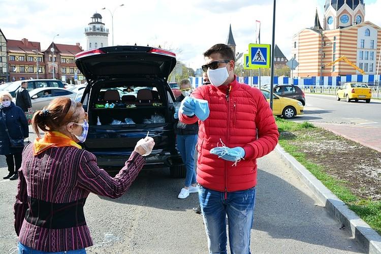 Олег раздает маски бесплатно.