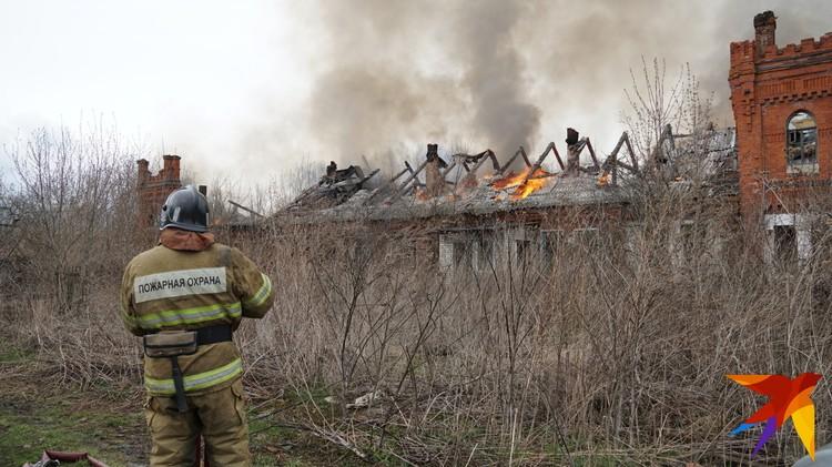 В какой-то момент пожарные оказались бессильны, предпочли охранять от огня вторую часть здания и соседние строения.