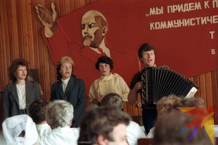 Конец 80-х. На краснодарском мясокомбинате торжественное собрание в день рождения Ленина