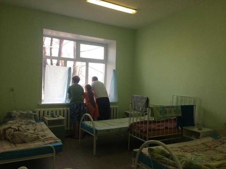 Житель Карасука Тельман вместе с детьми в местной больнице.