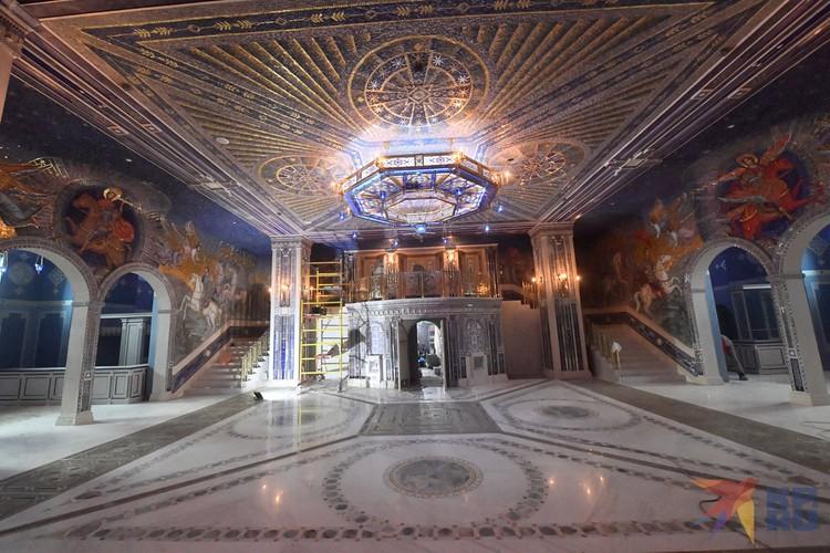 Нижний храм почти полностью покрыт мозаикой.