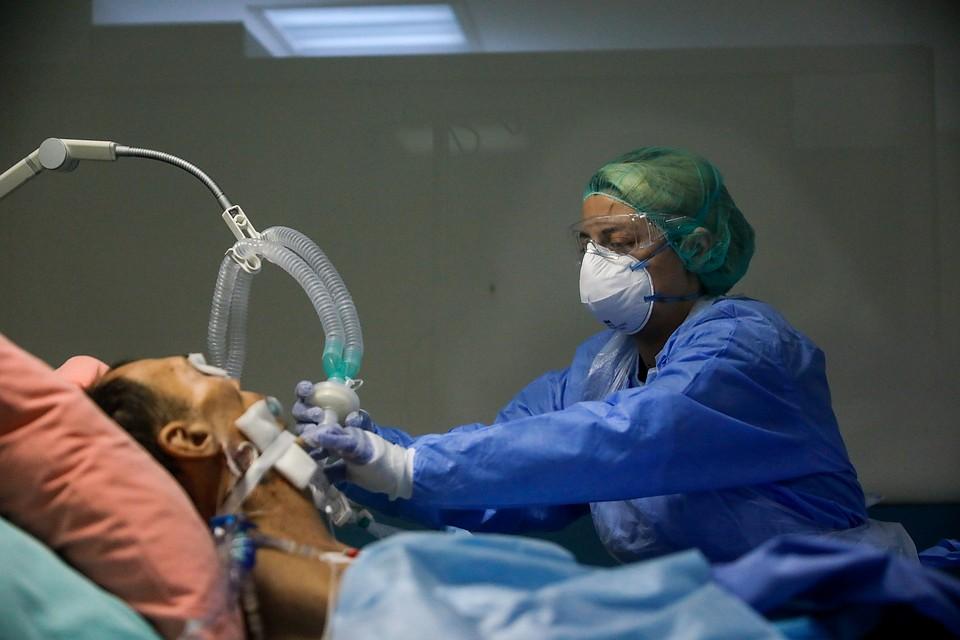 Пациент с коронавирусом дышит при помощи аппарата искусcтвенной вентиляции легких в больнице Афин. Фото: REUTERS