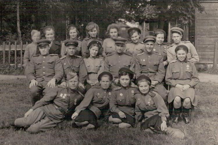 Михаил Панкратов (пятый во второй ряду) с сослуживцами. Фото: Краеведческий музей Тярлево