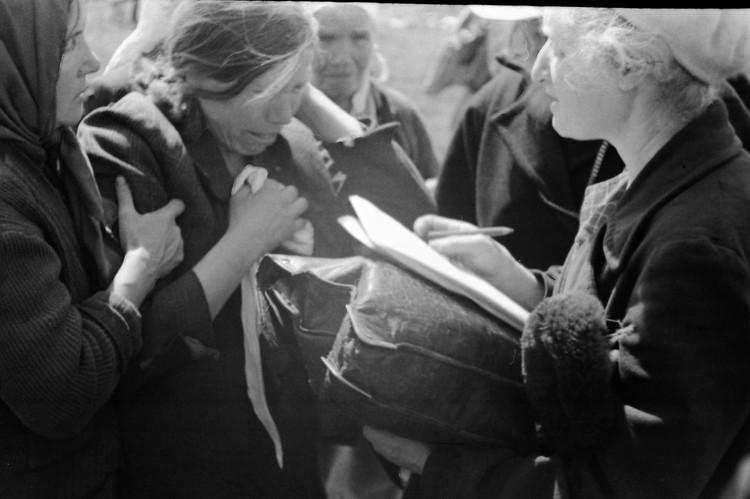 Жители совхоза «Красный» на месте гибели людей. 21 – 23 апреля 1944 года. Автор фото: Иван Запорожский / Из фондов Центральной студии документальных фильмов