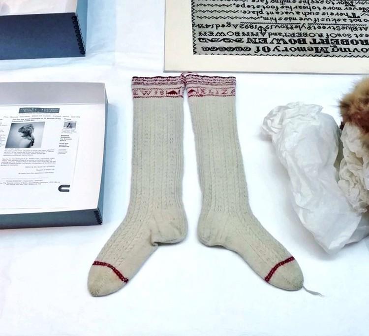 Посмотришь на этот экспонат из Исторического музея Сент-Фаганса - и пройдешь мимо. Обычные носки, какие свяжет каждая уважающая себя бабушка