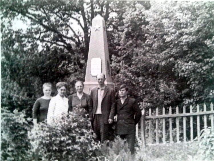 Семья Никитина каждый год ездила на могилу к отцу. Из архива дочери Валентины Ивановны