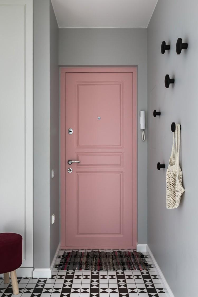 Одно из самых нестандартных решений в квартире - входная дверь розового цвета. Фото: Егор Пясковский