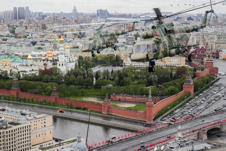 Многоцелевые вертолеты Ми-8АМТШ во время воздушного парада. Фото: Сергей Бобылев/ТАСС
