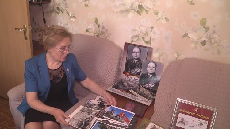 Татьяна Степановна бережно хранит отцовские фотографии