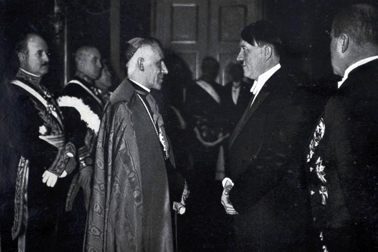 Встреча Гитлера и посла Ватикана. Дата съемки не известна.