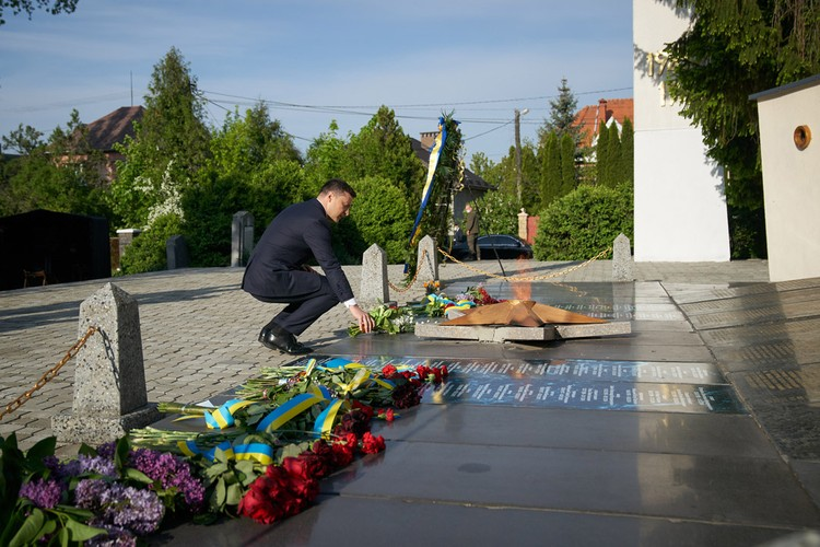 Зеленский возложил цветы к мемориалу. Фото:president.gov.ua
