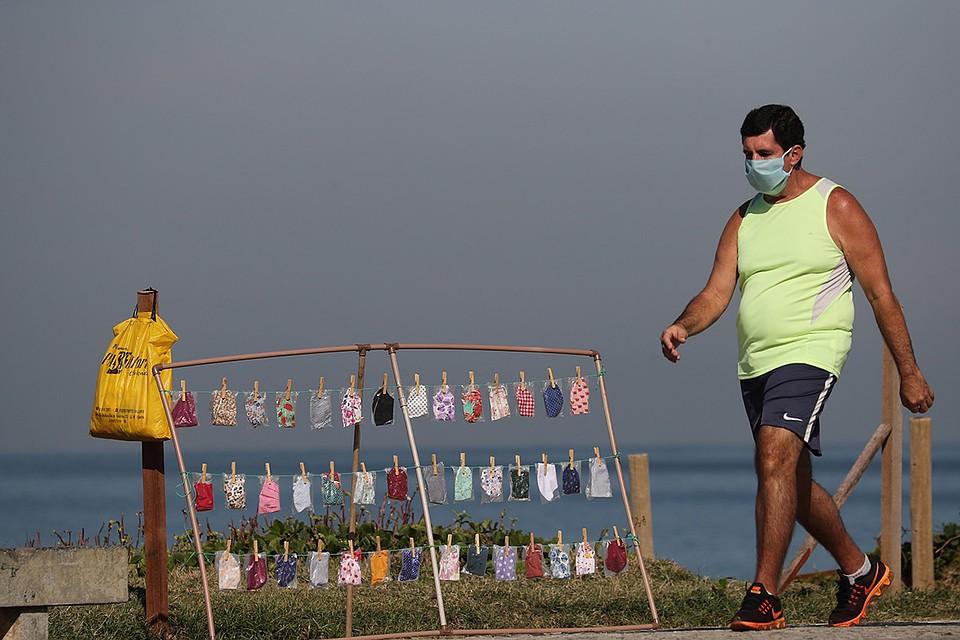 Защитные маски выставлены на продажу рядом с одним из пляжей Рио-де-Жанейро. Фото: REUTERS