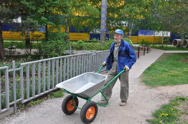 Каждый день пенсионер работает в своем сквере.