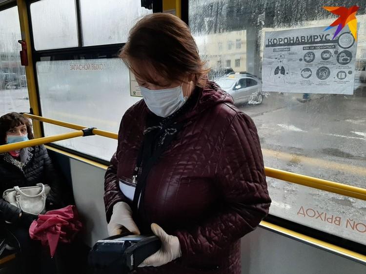 Кондукторам не позавидуешь - весь день в маске еще и нервные пассажиры.